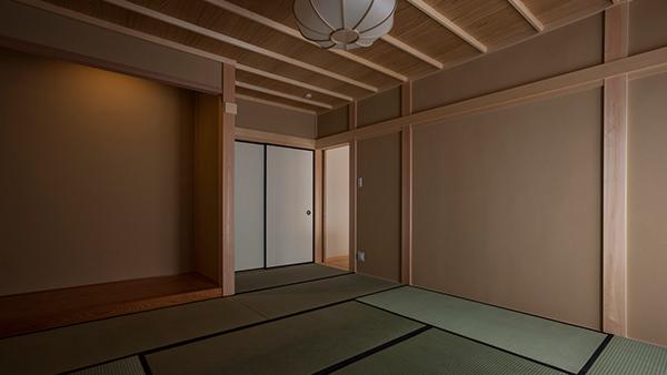 日本家屋特有の床の間のある真壁の和室は用途を変えることのできる多目的空間  撮影:川辺明伸
